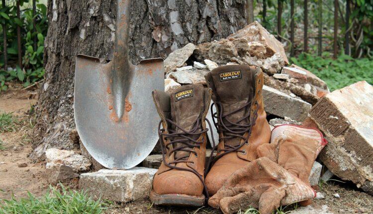 лопата та черевики