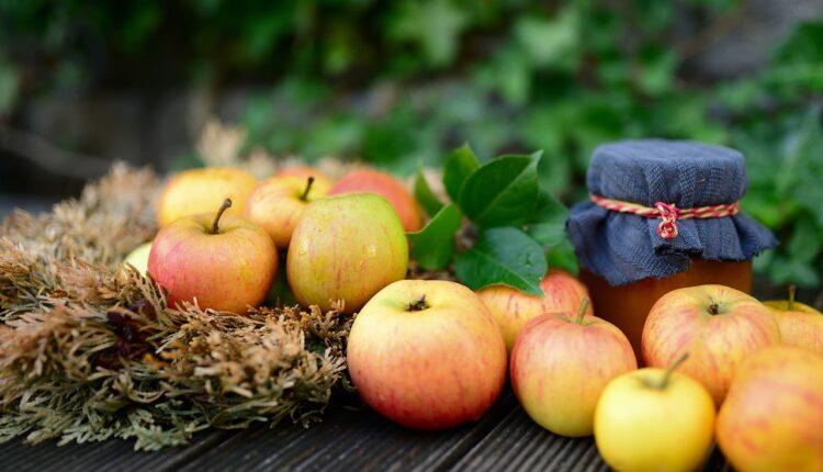 яблука на столі