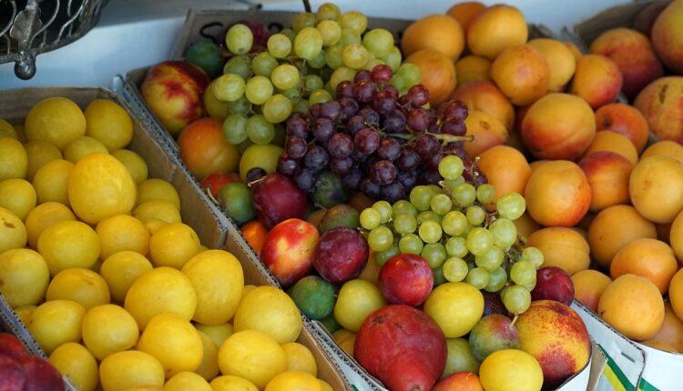 фрукти на ринку