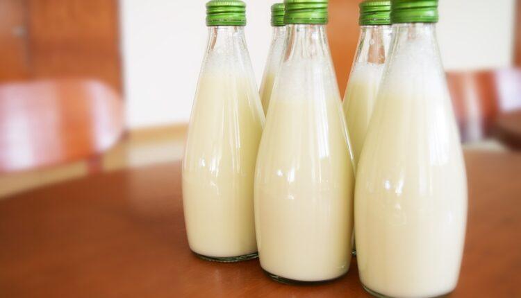 молоко в пляшках